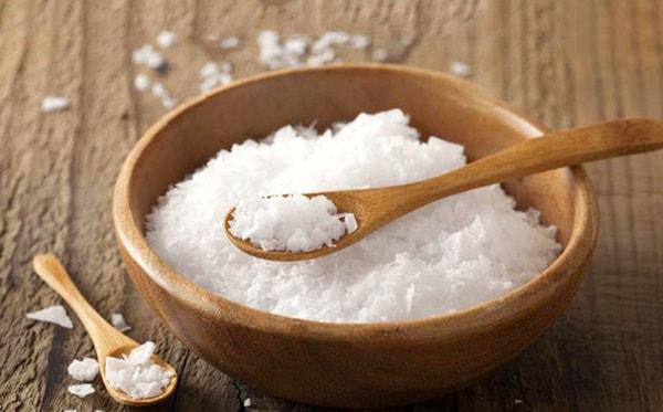 Giặt áo thun đồng phục hiệu quả bằng muối