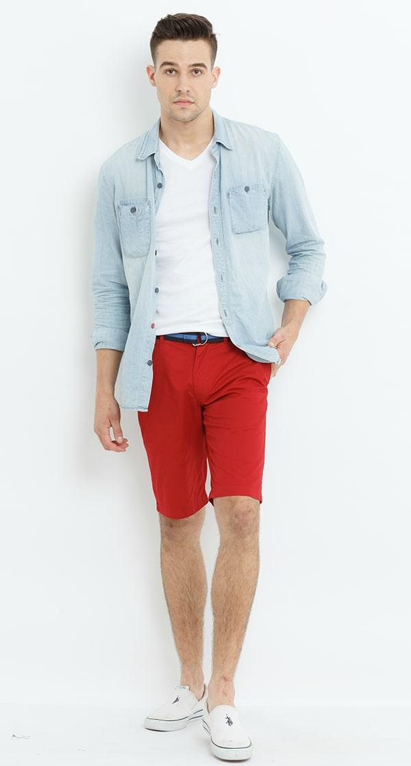 Những anh chàng ưa thích phong cách khỏe khoắn, cá tính chắc không thể bỏ qua cách mix hiện đại áo sơ mi kết hợp áo phông và quần short