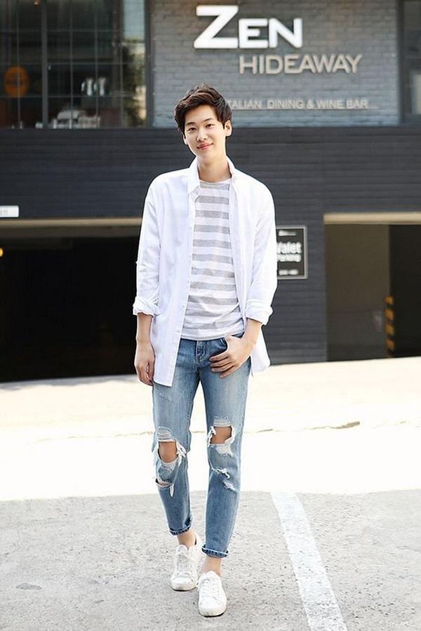 Cách phối áo sơ mi trắng với áo thun nam họa tiết cá tính, hiện đại