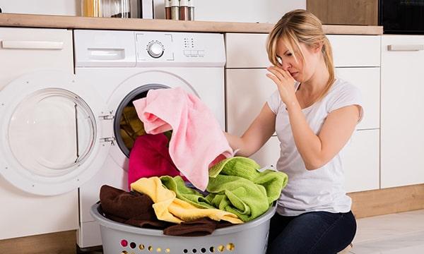 Giặt áo bằng máy là nguyên nhân dẫn đến quần áo dễ bị ra màu và nhanh giãn