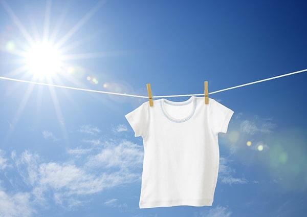 Tránh phơi áo thun đồng phục công ty dưới ánh nắng trực tiếp để tránh làm áo nhanh phai màu và giảm chất lượng