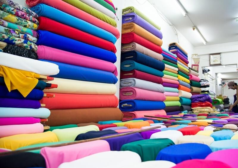 Chất liệu vải là yếu tố quan trọng ảnh hưởng trực tiếp đến giá áo thun đồng phục trên thị trường.