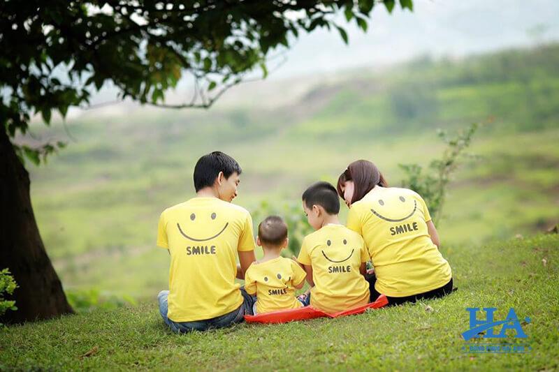 Đặt áo thun đồng phục gia đình màu vàng tăng thêm sự nổi bật.
