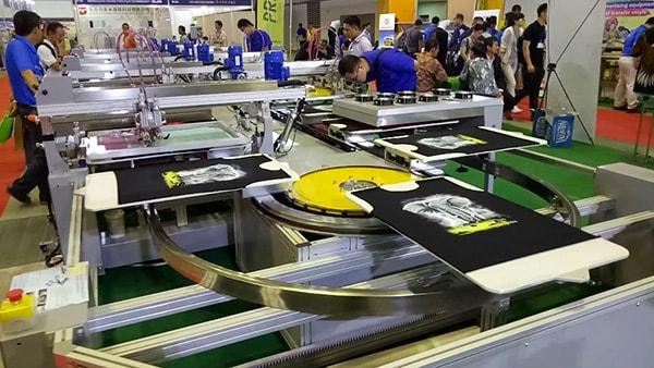 In áo thun đồng phục bằng công nghệ in lụa là phương pháp in ấn phổ biến nhất hiện nay