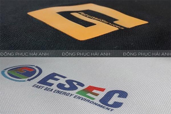 Logo in áo thun đồng phục có màu sắc khá tươi sáng khi in bằng công nghệ chuyển nhiệt