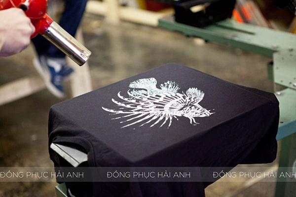 In áo thun đồng phục bằng công nghệ kĩ thuật số giúp khắc phục các nhược điểm của công nghệ in lụa và in Vinyl