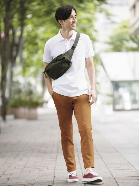 Mix áo thun basic màu trắng với quần kaki