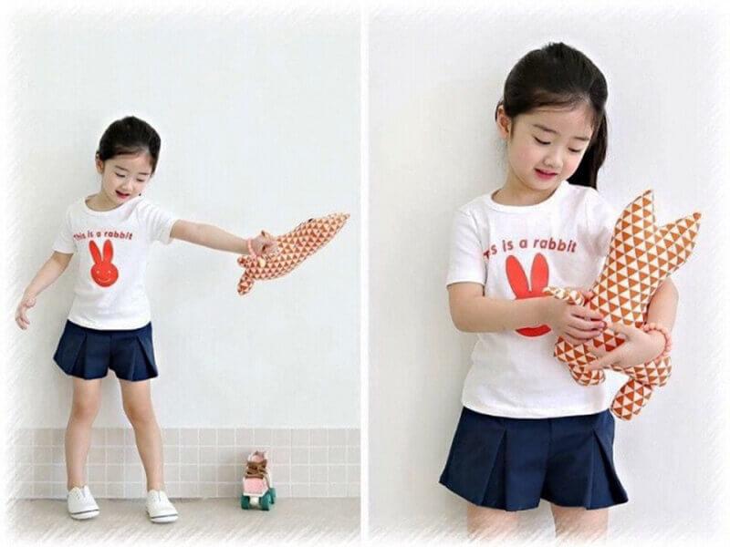 Mix áo thun bé gái cùng chân váy là phong cách được nhiều bố mẹ lựa chọn cho bé.