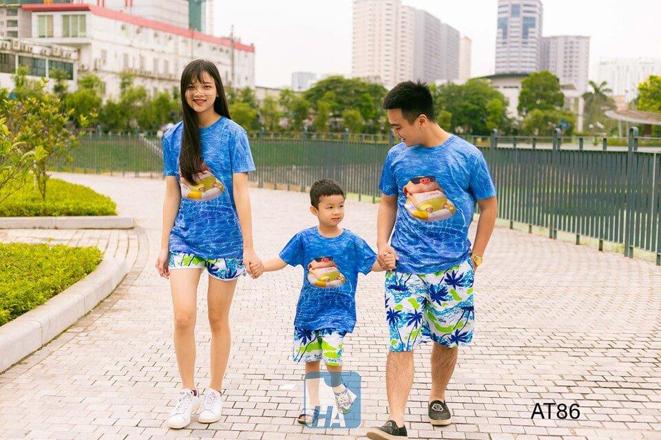 Cả gia đình đầy năng động, tươi tắn khi khoác trên mình những mẫu áo thun đi biển đẹp