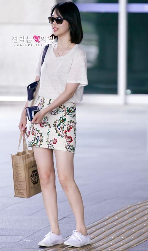 Áo thun Hàn Quốc mỏng kết hợp với chân váy họa tiết