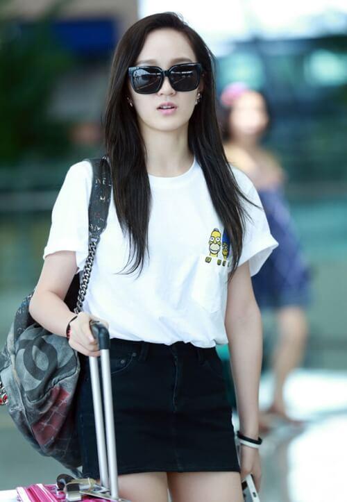 Thành viên Jia nhóm Miss A ấn tượng với chiếc áo thun Hàn Quốc màu trắng mix cùng chân váy ngắn