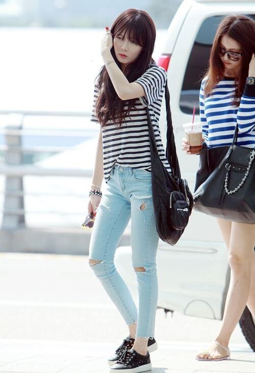 Cách phối ngày hè được cô nàng Kim Hyuna mặc áo thun Hàn Quốc kẻ sọc với chiếc quần denim rách cực cool