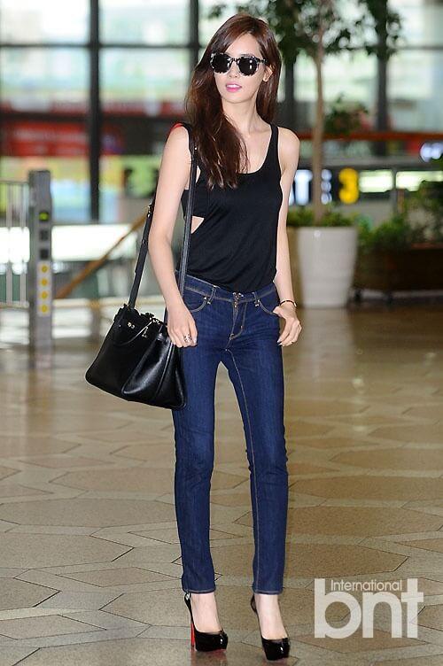 King Lee Da-hae thông minh khoe được nét gợi cảm khi mix áo thun Hàn Quốc 3 lỗ với quần jean, túi xách, kính tone màu đen