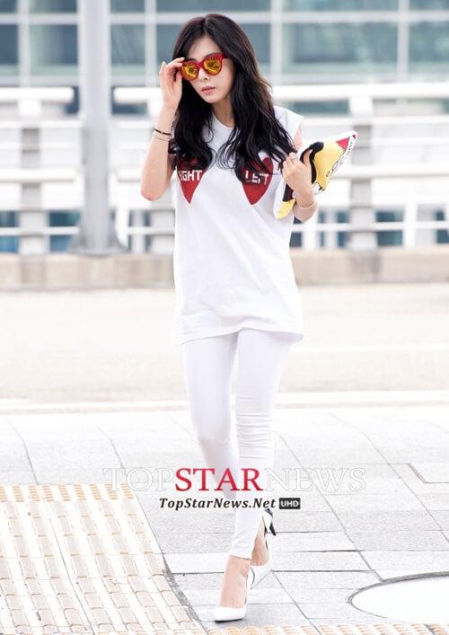 Áo thun Hàn Quốc 3 lỗ dáng dài mix cùng với quần jean, đôi giày cao gót trắng toàn tập thanh lịch, cá tính