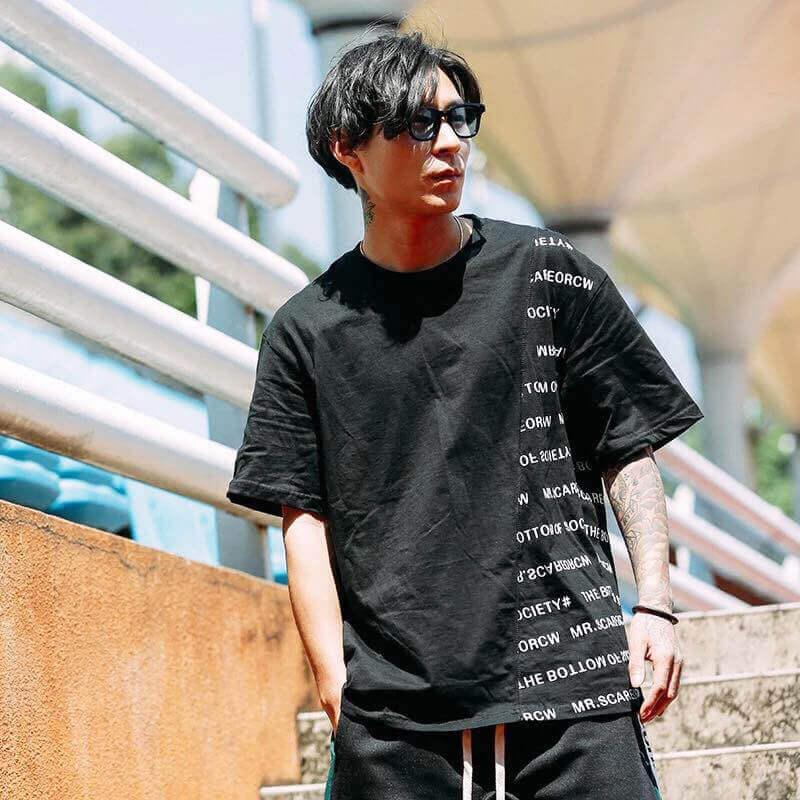 Những mẫu áo thun in chữ có form rộng luôn nhận được sự ưu ái của giới trẻ bởi đặc tính thoải mái, thoáng mát trên từng chiếc áo.
