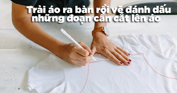 Bước 1: Phác thảo dáng áo thun tanktop bằng cách trải áo ra bàn rồi dùng bút (phấn may) đánh dấu các điểm trên áo mà bạn cần cắt