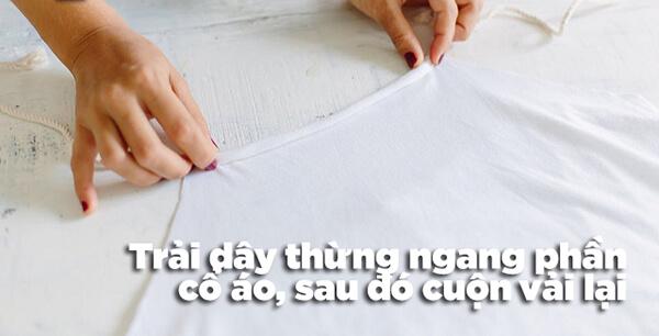 Bước 4: Trải dây thừng ngang phần cổ áo thun tanktop và bắt đầu cuộn vải lại