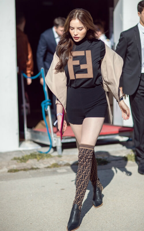 Hoa hậu Kì Duyên mix áo thun Fendi với đôi boot cùng thương hiệu và một chiếc áo jacket cách điệu khoác ngoài