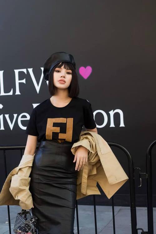 Hot girl Jolie Nguyễn cũng đã từng tạo ấn tượng với tổng thể khi mix mẫu áo thun Fendi khi tham dự London Fashion Week hồi tháng 4 trước đó