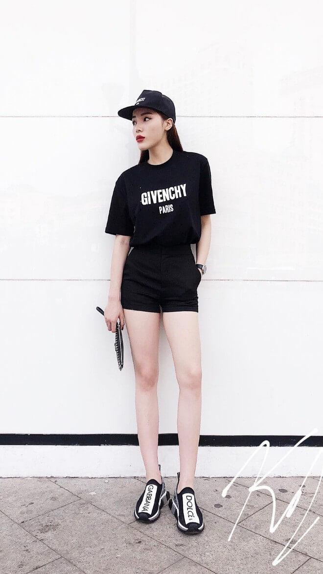 Thiết kế áo thun đen đơn giản mix cùng với quần short ngắn khoe đôi chân miên man của cô nàng