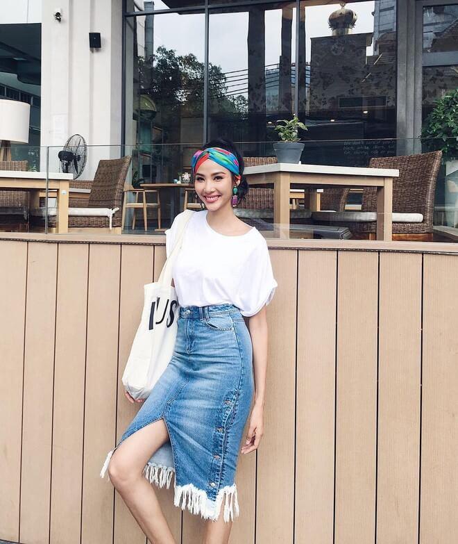 Mix thiết kế áo thun trắng với chân váy denim khỏe khoắn, năng động
