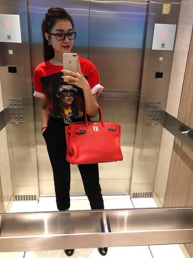 Á hậu Lệ Hằng gây ấn tượng với cách mix thiết kế áo thun đỏ họa tiết