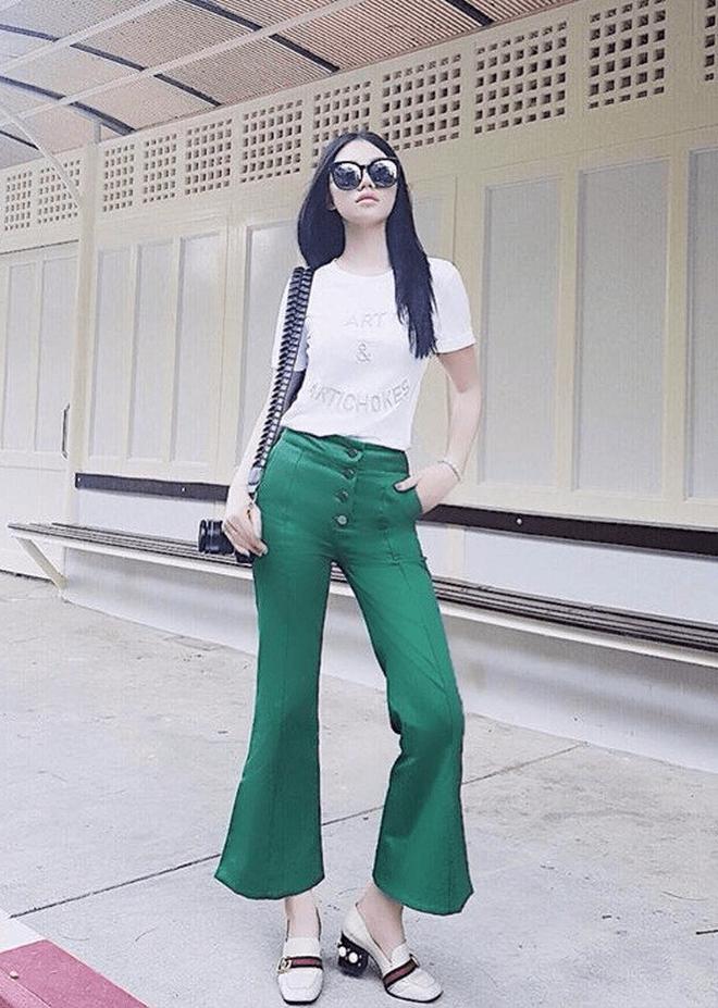 Ở một cách phối khác, cô nàng xuất hiện đầy quyền lực, sang chảnh khi mix thiết kế áo thun trắng với chiếc quần ống loe màu xanh lá