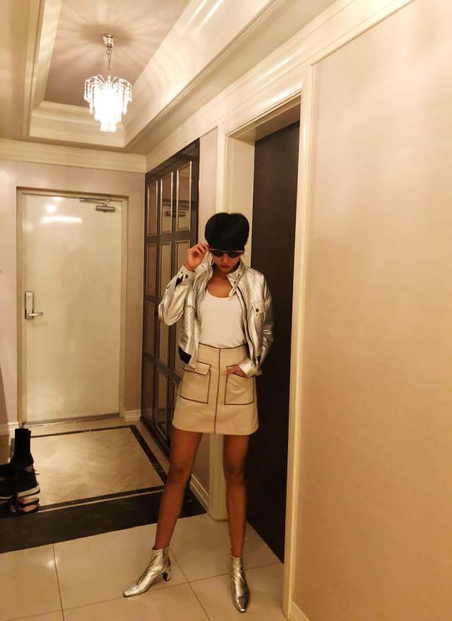 Hoa hậu H'Hen Niê chọn cách mix thiết kế áo thun basic với áo khoác, đôi boot ánh kim nổi bật