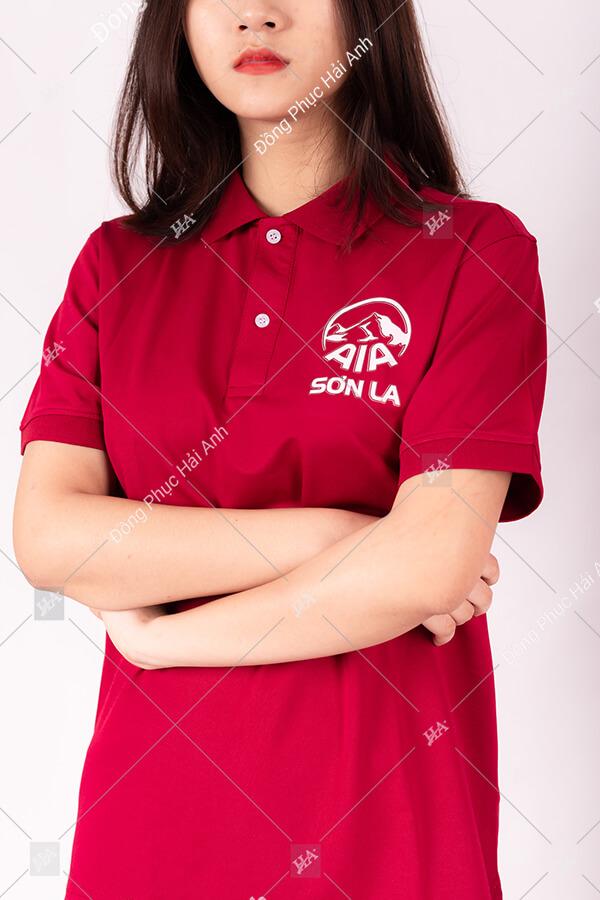 Mẫu đồng phục công ty AIA Sơn La cùng kiểu thiết kế áo thun cổ bẻ đi kèm là gam màu đỏ nổi bật mang đến ấn tượng dành cho khách hàng khi nhìn vào sản phẩm.