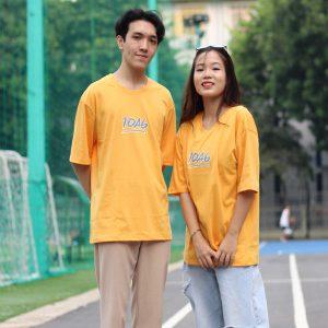 Mẫu áo lớp oversize cổ tròn màu vàng bò 10A6