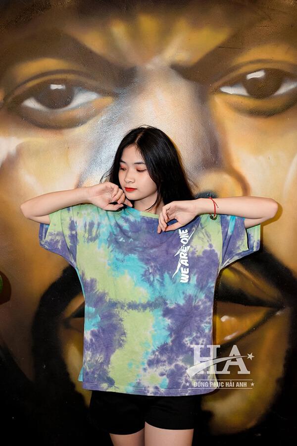 Áo lớp Tie dye đánh dấu sự lên ngôi của một xu hướng thời trang hiện đại, cá tính