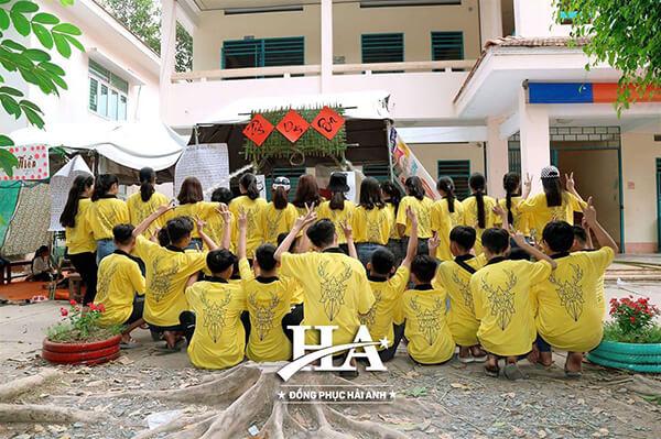 Mẫu áo lớp phản quang đẹp có cổ truyền thống vẫn được các bạn học sinh yêu thích