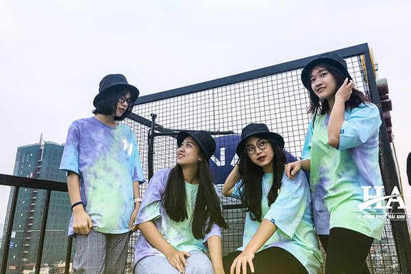 Những mẫu áo đồng phục lớp đẹp nhất Tie dye với những mảng màu sắc loang lổ