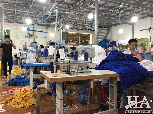 Hải Anh Uniform là địa chỉ làm áo đồng phục lớp tại Phú Yên có xưởng may tại chỗ, không thông qua bất kì khâu trung gian nào.