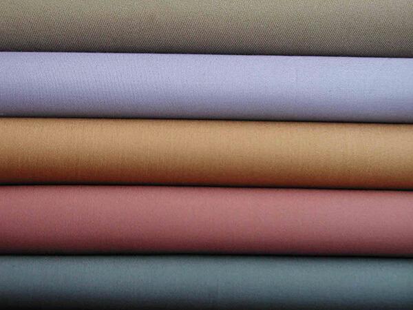 Lựa chọn vải may phù hợp với form áo đơn giản sẽ giúp bạn tiết kiệm được chi phí hơn khi may áo nhóm áo lớp.