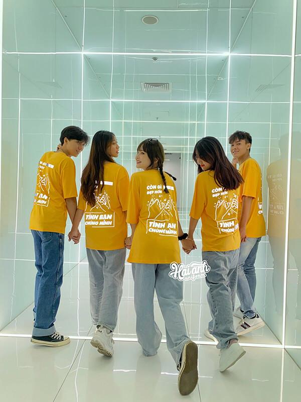 Mix áo nhóm phản quang với quần jean đơn giản nhưng đầy cá tính, bụi bặm